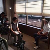 福島の子供たちからの動画メッセージを観る石川遼 石川遼