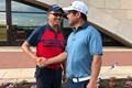 谷口徹(左)は伊澤利光とダンロップ福島オープンの会場で握手を交わした
