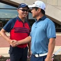 谷口徹(左)は伊澤利光とダンロップ福島オープンの会場で握手を交わした 2018年 ダンロップ・スリクソン福島オープン 事前 谷口徹 伊澤利光