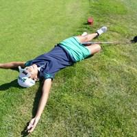 24時間のプレーを終えて、おもわず地面に寝っ転がる中山三奈 2108年 24時間ゴルフ 中山三奈