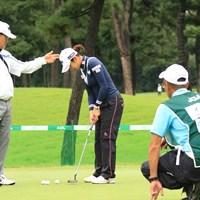 チョ・ボムスコーチにパッティング指導を受けるイ・ボミ 2018年 日本女子オープンゴルフ選手権競技 事前 イ・ボミ