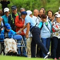 車椅子の女性を見つけてグローブをプレゼントする優しい谷口さん。 2018年 日本オープンゴルフ選手権競技 2日目 谷口徹