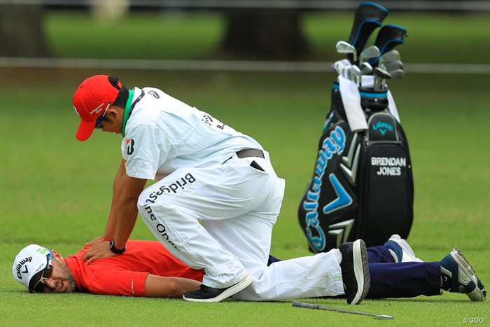 BJ?BJ!大丈夫か???グリーンが空くのを待ってる間にまさかのマッサージタイム。間違いなく今日イチの写真です。 2018年 ブリヂストンオープンゴルフトーナメント 初日 ブレンダン・ジョーンズ