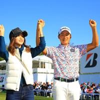 婚約者の若松菜々恵さん(左)と喜ぶ今平周吾 2018年 ブリヂストンオープンゴルフトーナメント 最終日 今平周吾