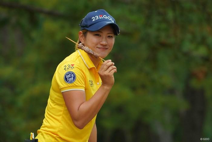 ラウンド中に串焼き食べてるプロゴルファー、初めて見ました(笑) 2018年 LPGAツアー選手権リコーカップ 最終日 成田美寿々