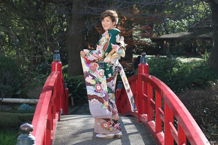 グリーンの振り袖をまとった成田美寿々 2019年 成田美寿々