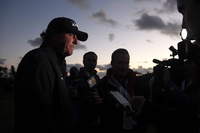 夕闇の中でインタビューを受けるミケルソン。完走を目指したが…(Harry How/Getty Images) 2019年 AT&Tペブルビーチプロアマ 4日目 フィル・ミケルソン