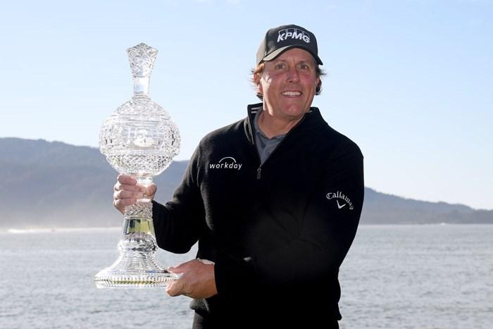 歴代最多に並ぶ大会5勝目を飾ったフィル・ミケルソン(Harry How/Getty Images) 2019年 AT&Tペブルビーチプロアマ 最終日 フィル・ミケルソン