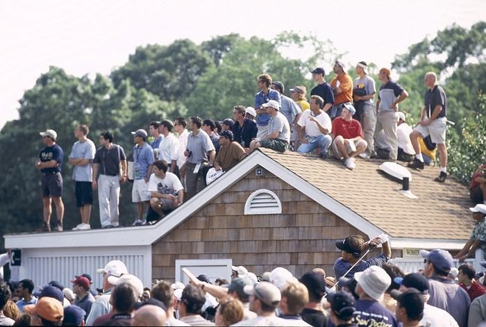 主役の一人だったミケルソン。屋根にのぼる観客まで…(Fred Vuich/Sports Illustrated/Getty Images) 2002年 全米オープン フィル・ミケルソン