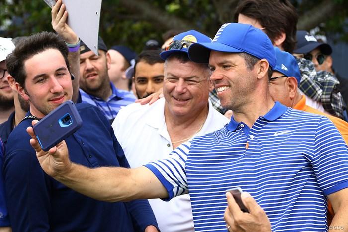 ミケルソンと同組でホールアウト。求めに応じてセルフィーも楽しそうに撮ってあげてました 2019年 全米プロゴルフ選手権 最終日 ポール・ケーシー