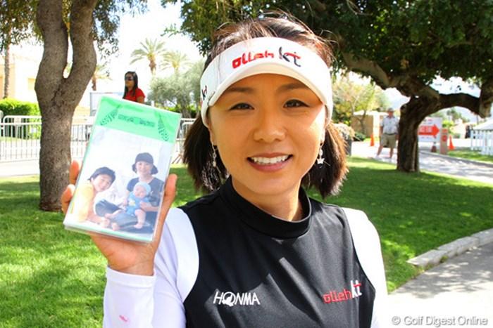 ヤーデージブックに愛する家族の写真を入れる金美賢。大きな赤ちゃんです! 2010年 クラフトナビスコ選手権 GDOEYE 金美賢