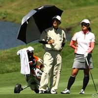地元奈良県出身。キャディはお父様です。多くのギャラリーの声援を受けるも、5オーバー78位タイとやや出遅れました 2010年 日本女子プロゴルフ選手権大会コニカミノルタ杯初日 生島早織