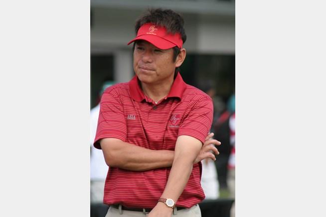 アジア選抜のプレーを見つめる尾崎直道キャ