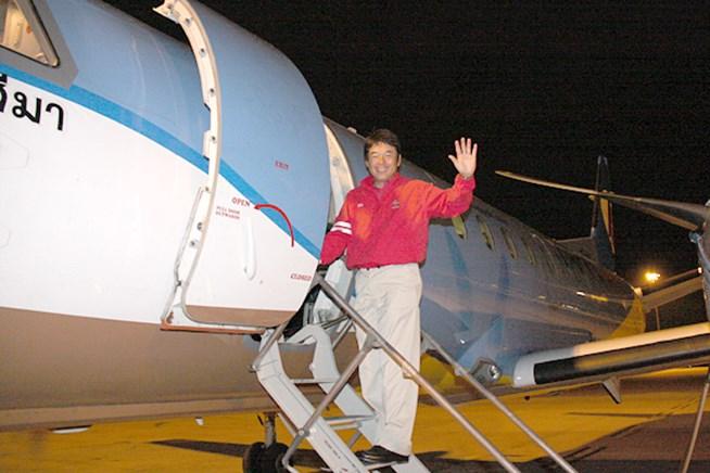 チャーター機に乗り込むアジア選抜の尾崎直