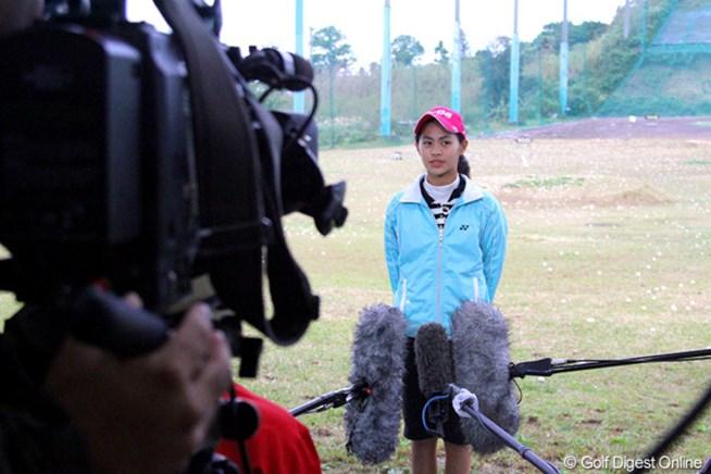 テレビカメラに囲まれ、緊張の表情。開幕戦