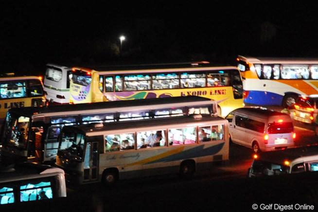 300人以上のギャラリーが地震による交通