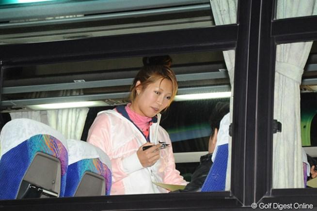 バスで待機するギャラリーにサインをする金