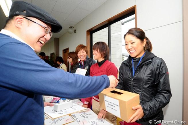 募金を募る藤本麻子。岡山県津山市から2時