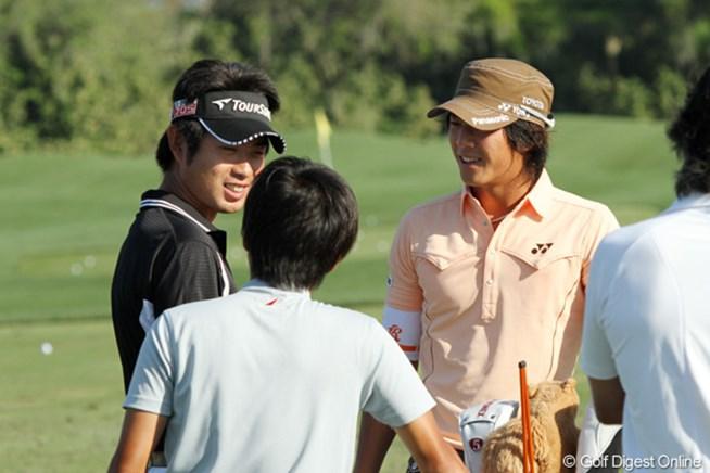 練習中に談笑する石川遼と池田勇太。昨年に