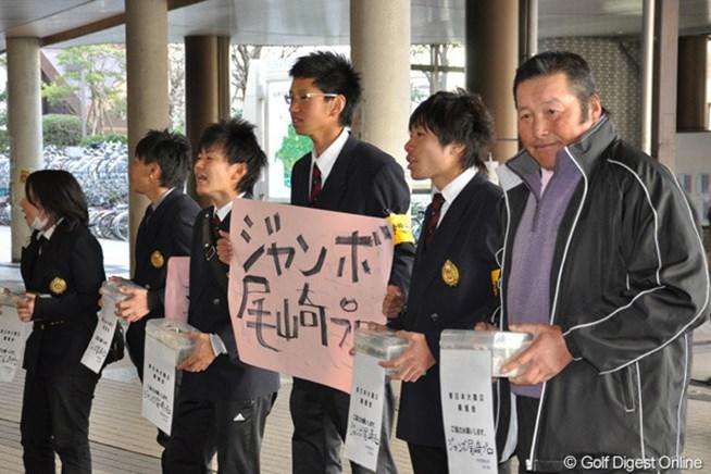 学生たちと横並びになって募金を呼びかける