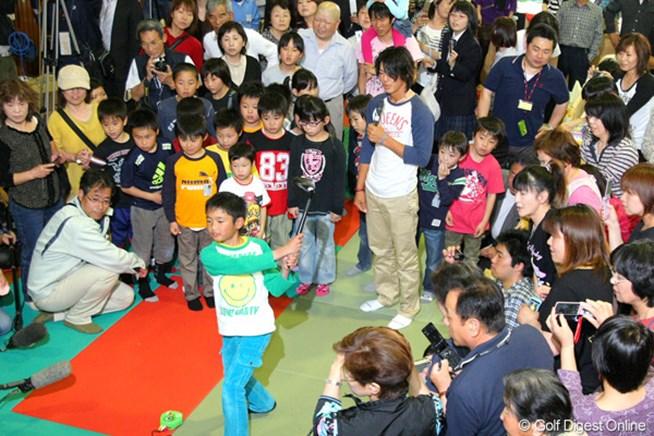 埼玉県三郷市にある避難所を訪問した石川遼