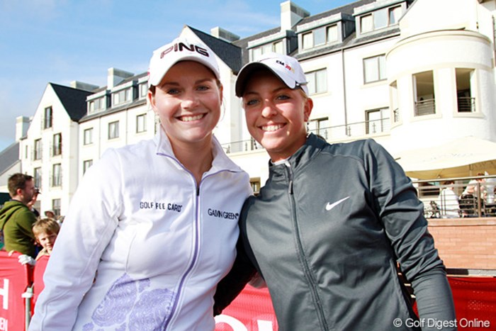 今年の全英リコー女子オープンをリードするカロリン・マソン(左)と、予選突破を果たしたアマチュアのソフィー・ポボフは共にドイツ人で大の仲良し 2011年 全英リコー女子オープン 3日目 カロリン・マソン(左)&ソフィー・ポボフ