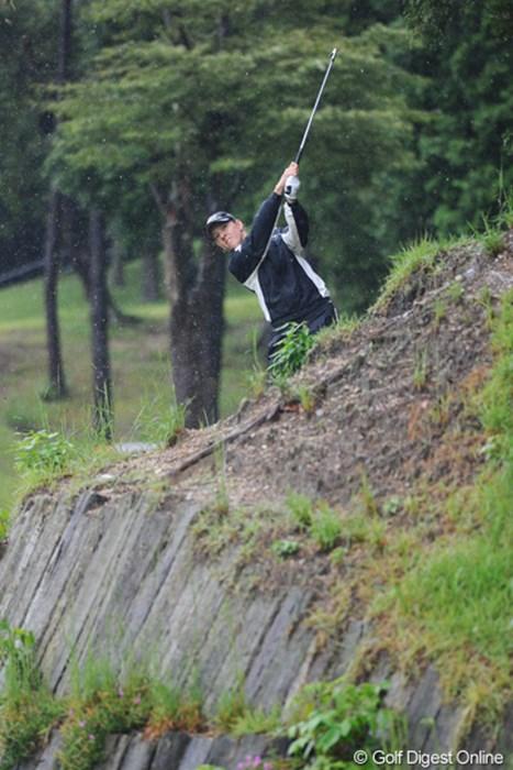 チャッキーだけかと思ったら、ニッキーも良く似た場所からズッドーン!普段なら崖から転げ落ちるボールが、豪雨で柔らかくなっ地面のおかげで・・・。18位T 2011年 ゴルフ5レディス 最終日 ニッキー・キャンベル