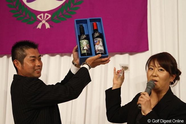 自身の優勝記念に作ったというワインをチャ