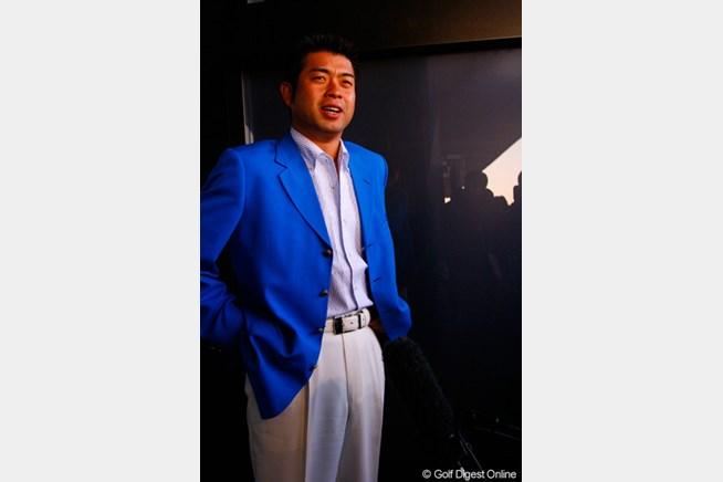 真っ白のパンツに真っ青のジャケットで颯爽