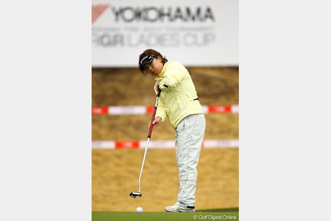 長尺パターを使いこなす吉田弓美子。開幕戦