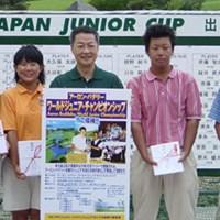 優勝した4名。左から金田久美子、岡宮路子、木下裕太、伊藤涼太。中央はトゥルーンゴルフの瀧田氏。 GDジュニア速報‥15-17歳男子は4ホールのプレーオフで決着!