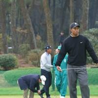 朝の練習グリーン。左はダレン・クラーク、右タイガー・ウッズ。そして背後には日本ゴルフ界の大御所青木功と尾崎将司。 2002年 ダンロップフェニックストーナメント 事前情報 ダレン・クラーク タイガー・ウッズ