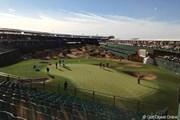 練習日のスタジアム。名物パー3を取り囲む