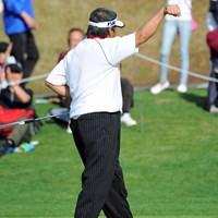 """17番でイーグルを奪い""""コブラポーズ""""を見せた尾崎将司。 2013年 つるやオープンゴルフトーナメント 初日 尾崎将司"""