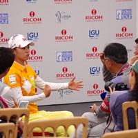 トップに立ったチェ・ナヨンを囲む韓国人記者たち。ナヨンは饒舌です 2013年 全英リコー女子オープン 2日目 韓国人メディアの囲み