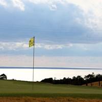 ピンフラッグと太平洋、今日は風もあり気温も低く寒い1日でした 2013年 カシオワールドオープンゴルフトーナメント 初日 ピンフラッグ